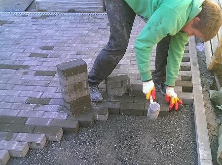 Как класть тротуарную плитку на отсев своими руками